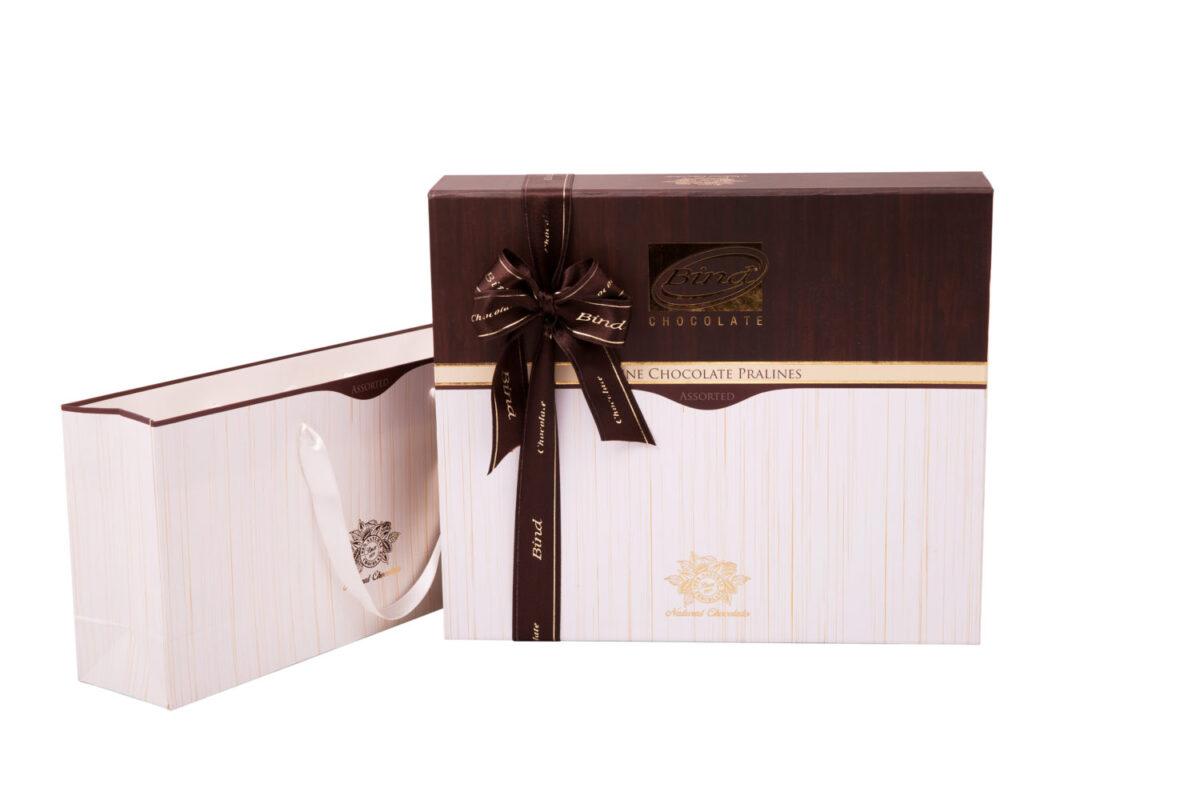 Деревянный подарочный набор конфет в фирменном чехле - фото 2